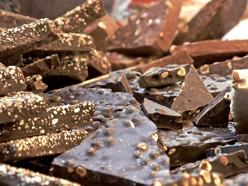Шоколадные плитки с цветами лаванды и миндалем