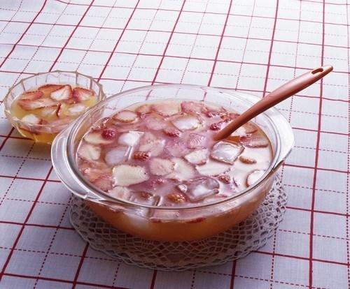Суп с клубникой и фруктовым вином