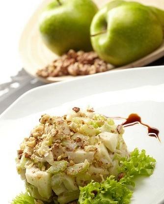 Салат из сельдерея и яблок с орехами пекан
