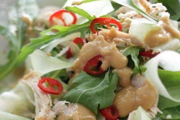Салат с индейкой, травами и арахисовым соусом