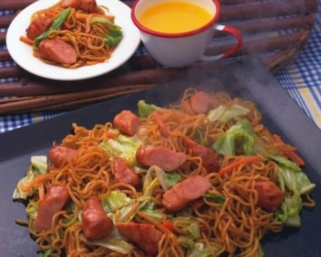Лапша с сосисками и зеленым салатом