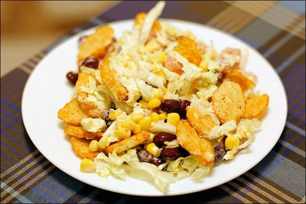 Хрустящий салат с пекинской капустой, кукурузой и сухариками