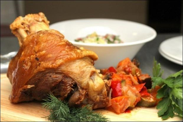 Запеченная свиная рулька с обжаренным картофелем и тушеной квашеной капустой