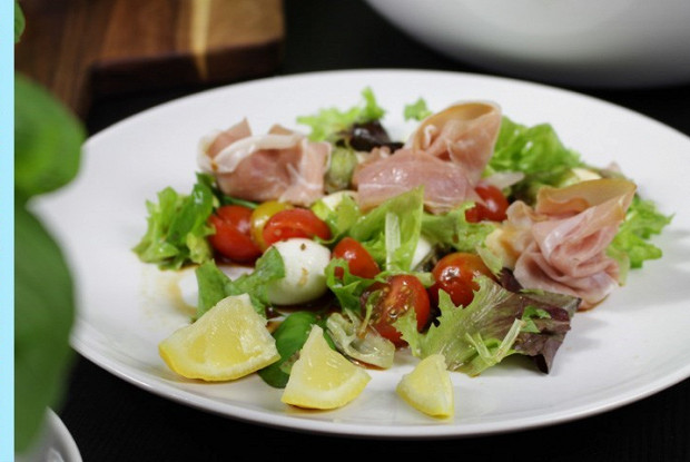 Летний салат с моцареллой и беконом