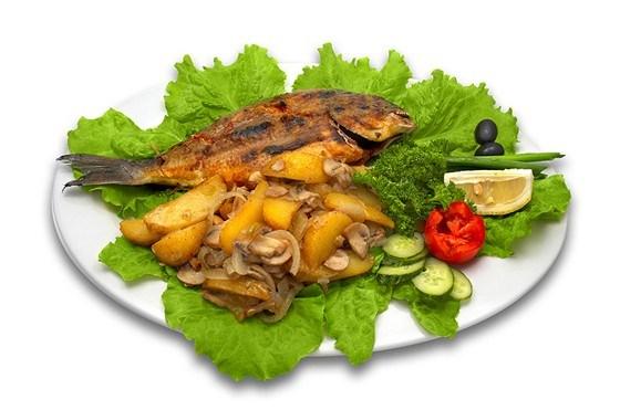 Дорада, запеченая с картофелем, петрушкой, чесноком и пекорино