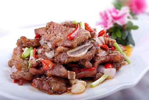 Итальянский салат с маринованной говядиной, красным луком и пармезаном