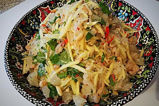 Вьетнамский салат с зеленым манго, креветками и помело
