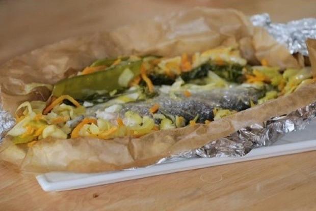 Сибас в кармашке с овощами