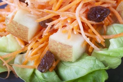 Морковный салат с изюмом и яблоками