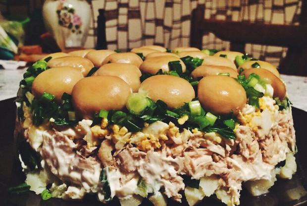 Салат «Грибная поляна» с консервированными шампиньонами