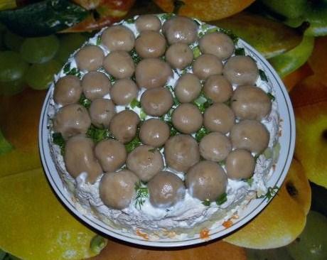 Слоеный грибной салат с курицей и картофелем