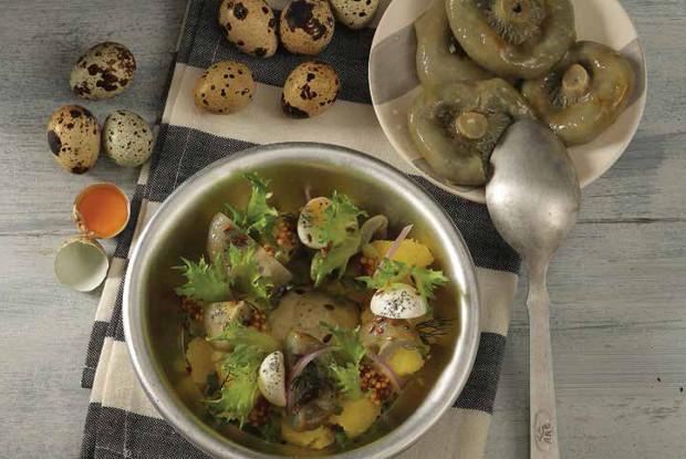 Теплый салат с луковым картофелем  и белыми груздями