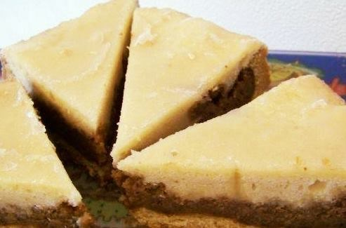 Пирог с грецким орехом и лимонной глазурью