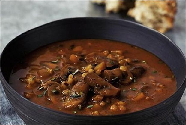 Чечевичный суп с жареными грибами