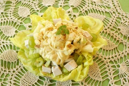 Салат из цыпленка с пастой, сельдереем и грибами