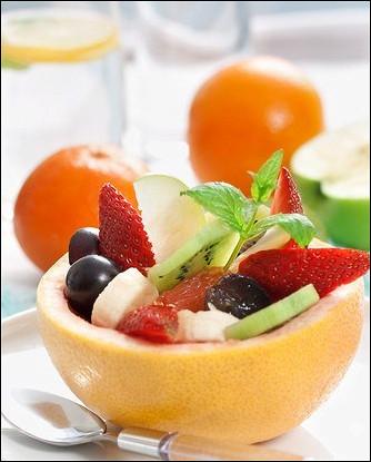 Сладкий салат из бананов, винограда, ананаса и цитрусов