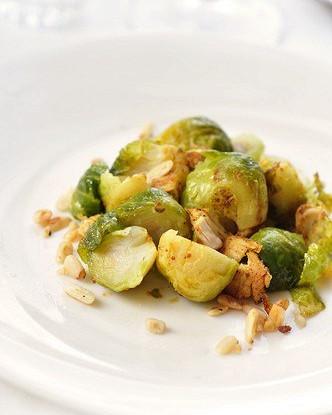 Жареная брюссельская капуста с кедровыми орешками в бальзамическом винегрете