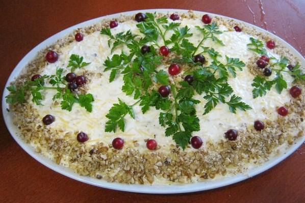 Слоеный салат с яйцами, орехами и яблоками