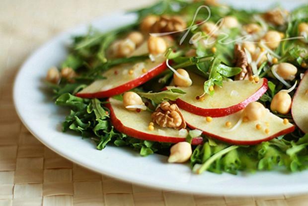 Салат фруктово-ореховый с проростками нута