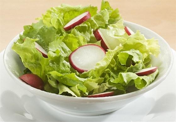 Салат из латука, редиса и кедровых орешков с цитрусовой заправкой