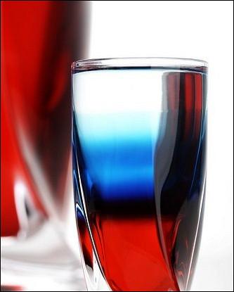 Бело-сине-красный напиток