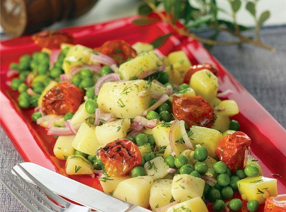 Теплая картофельная закуска с зеленым горошком, жареными томатами и укропом