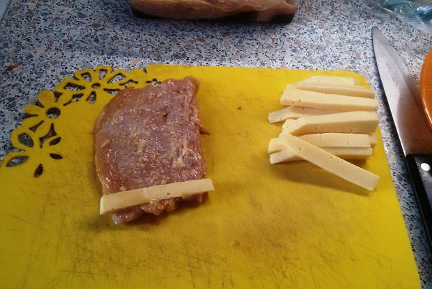 Куриные рулетики с сыром в подливе