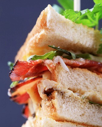 Клаб-сэндвич с сыром, беконом и авокадо