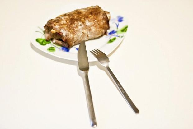 Рулет из говядины с начинкой из бекона и яйца