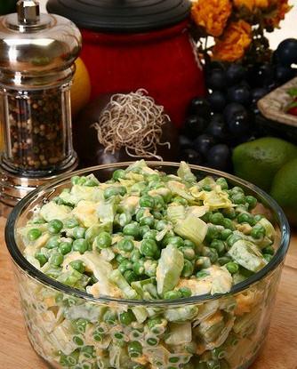 Салат из цыпленка с картофелем, зеленым горошком и лесными орехами