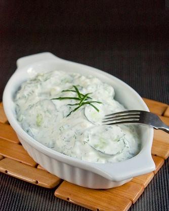Огуречный салат с йогуртовой заправкой и укропом
