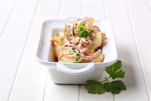 Картофельный салат с яблоками и беконом