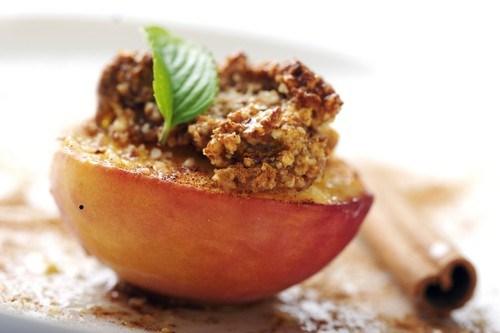 Персики на гриле со сметанным кремом