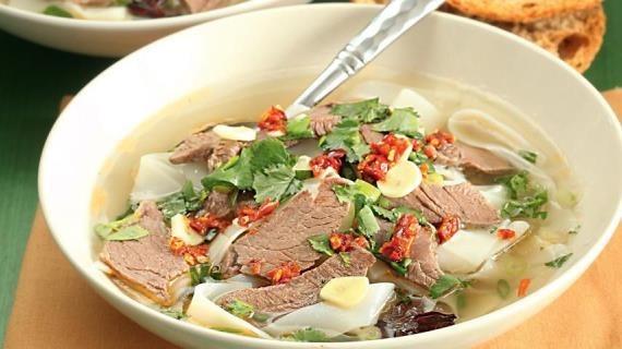 Суп со стеклянной лапшой и кусочками копченой утки (Kao ya fensi tang)