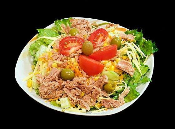 Салат из тунца, маслин и помидоров с соусом ромеско