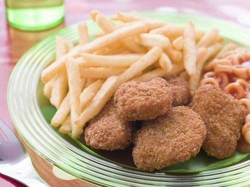 Золотистые куриные наггетсы со сладкими картофельными палочками