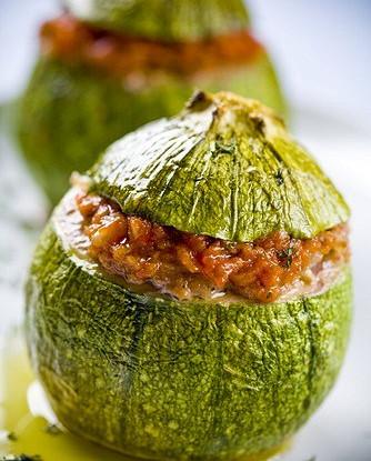 Кабачки, фаршированные мясом, со сметаной