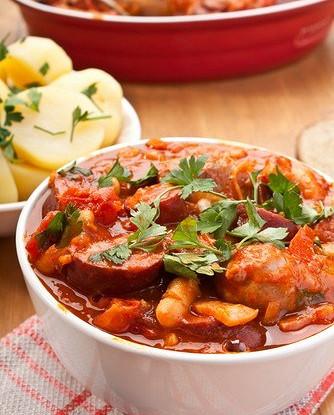 Гуляш с копчеными колбасками, фасолью и болгарским перцем