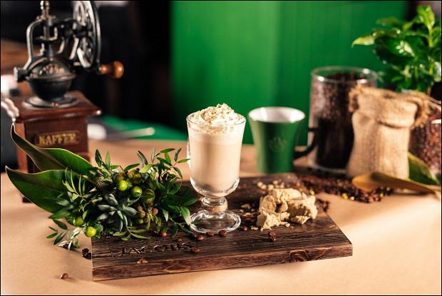Кофейный коктейль с имбирем, корицей и персиком