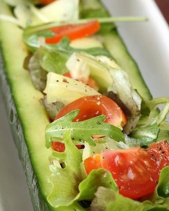 Огурцы свежие, фаршированные сырыми овощами