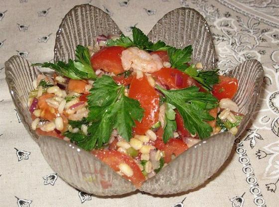 Салат из перловки с креветками и помидорами