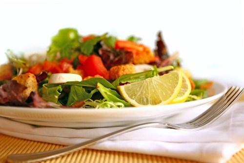 Салат из шпината и помидоров с лимоном