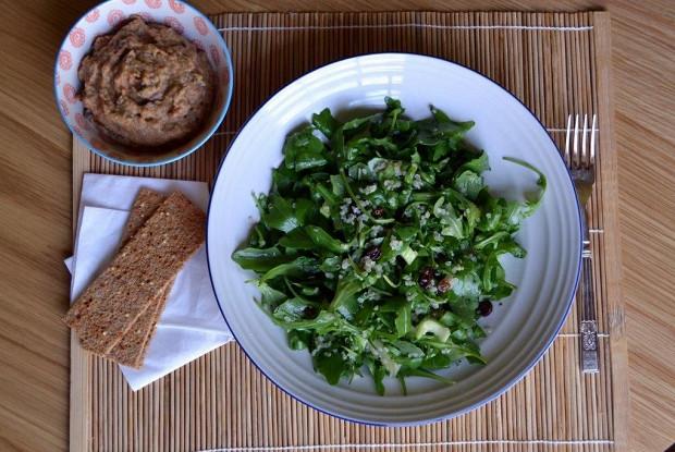 Салат с рукколой, сельдереем, изюмом и киноа