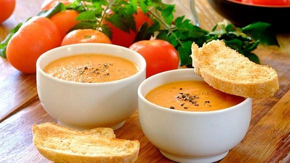 Томатный суп из запеченных помидор с чесночными тостами