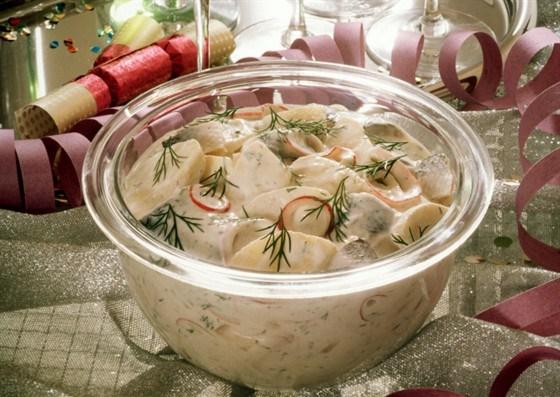 Салат из картофеля и копченой скумбрии