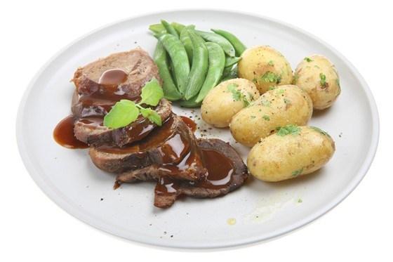 Молодой картофель с петрушкой, мятой и луком