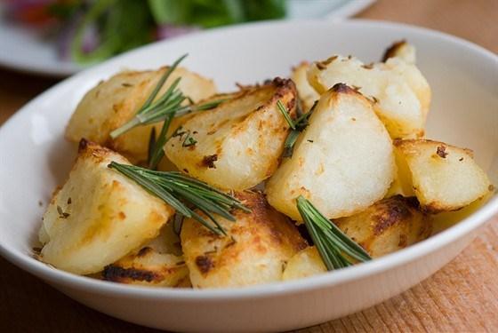 Жареный молодой картофель с каперсами, чесноком и розмарином