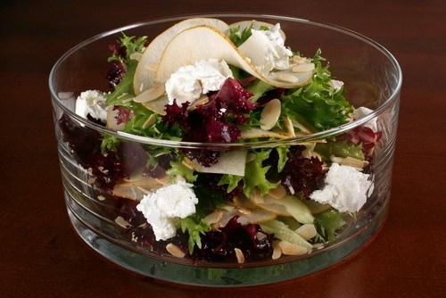 Зеленый салат с грушей, горгонзолой, сушеной клюквой и горчичной заправкой