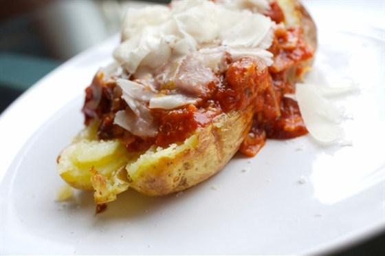 Картофель печеный в мундире, с соусом