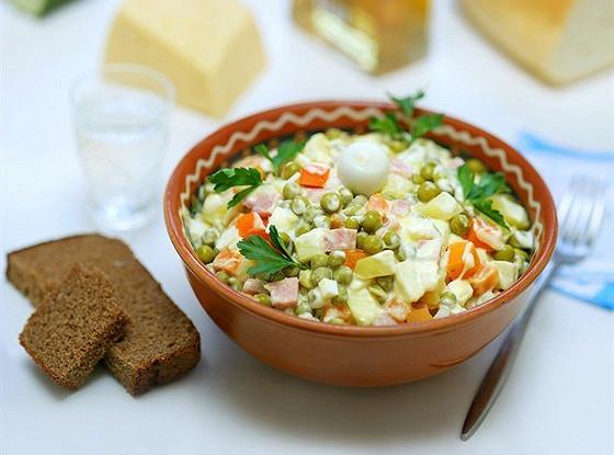 Русский салат с грибами